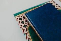 Concepto islámico - el Quran santo en una rogación mate - imagen imagen de archivo libre de regalías