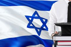 Concepto israelí acertado de la educación del estudiante Sostener los libros y el casquillo de la graduación sobre fondo de la ba fotografía de archivo libre de regalías