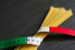 Concepto italiano de la comida con la bandera y las pastas del centímetro Foto de archivo libre de regalías