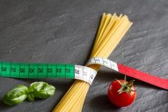 Concepto italiano de la comida con la bandera y las pastas del centímetro Imagenes de archivo