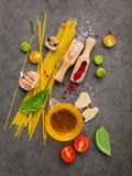 Concepto italiano del alimento Espaguetis con albahaca dulce de los ingredientes, a Imagenes de archivo