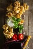 Concepto italiano fresco colorido sabroso de la comida con el diverso balneario de las pastas Fotografía de archivo libre de regalías
