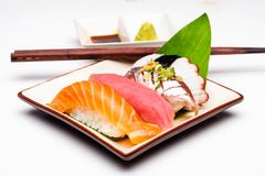 concepto japonés de la comida Salmones del sushi y camarón del sushi del atún fotos de archivo libres de regalías