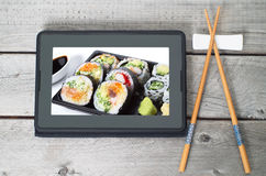 Concepto japonés en línea de la entrega de la comida Fotos de archivo