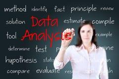 Concepto joven del análisis de datos de la escritura de la mujer de negocios Imagen de archivo libre de regalías