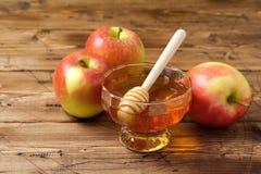 Concepto judío de la celebración del Año Nuevo del día de fiesta del hashanah de Rosh Miel y manzanas sobre fondo de madera Fotografía de archivo libre de regalías