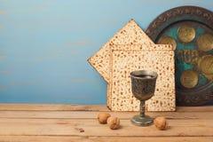 Concepto judío de la pascua judía del día de fiesta con la copa de vino del vintage y la placa del seder en la tabla de madera Fotografía de archivo