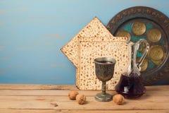 Concepto judío de la pascua judía del día de fiesta con la placa del vino, del matza y del seder Imagenes de archivo