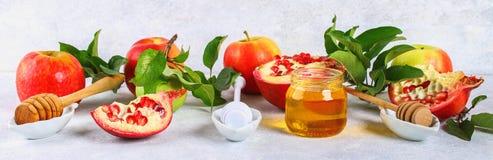 Concepto judío del día de fiesta del Año Nuevo del hashanah de Rosh Símbolo tradicional Manzanas, miel, granada Foto de archivo
