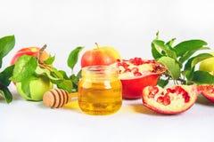 Concepto judío del día de fiesta del Año Nuevo del hashanah de Rosh Símbolo tradicional Manzanas, miel, granada Imagen de archivo libre de regalías