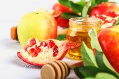 Concepto judío del día de fiesta del Año Nuevo del hashanah de Rosh Símbolo tradicional Manzanas, miel, granada Imagenes de archivo