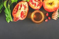 Concepto judío del día de fiesta del Año Nuevo del hashanah de Rosh Símbolo tradicional Manzanas, miel, granada Copie el espacio  Imagen de archivo