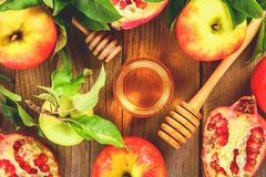 Concepto judío del día de fiesta del Año Nuevo del hashanah de Rosh Símbolo tradicional Manzanas, miel, granada Visión superior E Fotografía de archivo