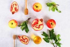Concepto judío del día de fiesta del Año Nuevo del hashanah de Rosh Símbolo tradicional Manzanas, miel, granada Visión superior E Imagen de archivo libre de regalías