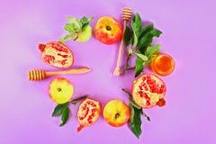 Concepto judío del día de fiesta del Año Nuevo del hashanah de Rosh Símbolo tradicional Manzanas, miel, granada Visión superior E Fotografía de archivo libre de regalías
