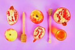 Concepto judío del día de fiesta del Año Nuevo del hashanah de Rosh Símbolo tradicional Manzanas, miel, granada Visión superior E Fotos de archivo