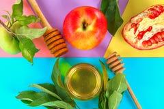 Concepto judío del día de fiesta del Año Nuevo del hashanah de Rosh Símbolo tradicional Manzanas, miel, granada Visión superior E Imagenes de archivo