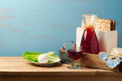 Concepto judío del día de fiesta de la pascua judía con el vino, el matzoh, el huevo y la lechuga sobre fondo de madera con el es Fotos de archivo