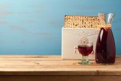 Concepto judío del día de fiesta de la pascua judía con el vino y el matzoh sobre fondo de madera con el espacio de la copia Imágenes de archivo libres de regalías