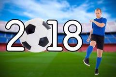 Concepto 2018 - jugador de fútbol joven del fútbol que golpea la bola con el pie en Foto de archivo