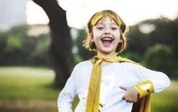 Concepto juguetón de la diversión linda de la felicidad de la muchacha del super héroe Foto de archivo libre de regalías