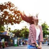 Concepto juguetón festivo de la felicidad del Funfair del Fling del pelo de la chica joven Fotos de archivo