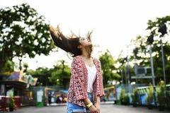 Concepto juguetón festivo de la felicidad del Funfair del Fling del pelo de la chica joven Foto de archivo libre de regalías