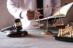 Concepto legal de la ley, del consejo y de la justicia, abogados de sexo masculino profesionales foto de archivo