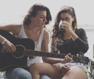 Concepto lesbiano de los pares junto al aire libre Fotos de archivo