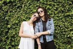 Concepto lesbiano de los pares junto al aire libre Fotografía de archivo