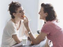 Concepto lesbiano de los pares junto dentro imagenes de archivo