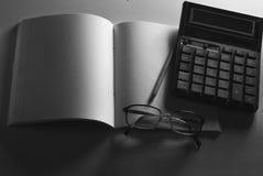 Concepto, libreta, lápiz y calculadora del negocio en la tabla foto de archivo libre de regalías