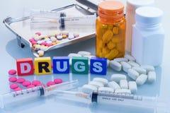 Concepto médico con los cuadros de texto y la píldora de las drogas Fotos de archivo