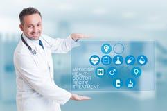 Concepto médico de la tecnología con el doctor que trabaja con la atención sanitaria i Foto de archivo libre de regalías