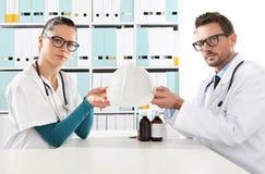 Concepto médico del seguro médico, manos de los doctores con el casco foto de archivo libre de regalías