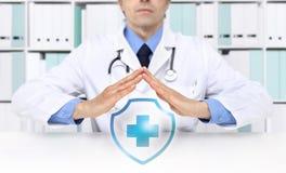 Concepto médico del seguro médico, símbolo cruzado foto de archivo