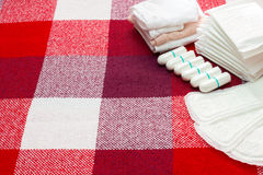 Concepto médico Tapones del cojín sanitario y del algodón de la menstruación para la protección de la higiene de la mujer Protecc imagen de archivo libre de regalías