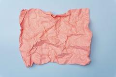 Concepto mínimo de papel arrugado Documento de ?olored sobre un fondo coloreado foto de archivo