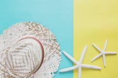 Concepto mínimo del fondo de las vacaciones de verano Sombrero de paja, estrellas de mar foto de archivo libre de regalías