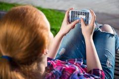 Concepto móvil de Internet - teléfono elegante en manos del adolescente Fotografía de archivo