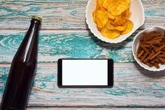 Concepto móvil de la navegación por Internet con la cerveza Fotografía de archivo libre de regalías