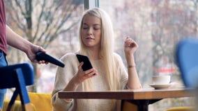 Concepto móvil del pago Persona que hace el pago inalámbrico con el teléfono almacen de video