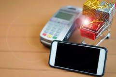 Concepto móvil del pago: Smartphone, equipo del receptor del pago, imagen de archivo