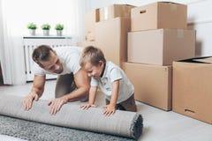 Concepto móvil, padre e hijo moviéndose a un nuevo hogar fotografía de archivo