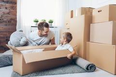 Concepto móvil, padre e hijo moviéndose a un nuevo hogar foto de archivo libre de regalías