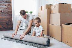 Concepto móvil, padre e hijo moviéndose a un nuevo hogar fotografía de archivo libre de regalías