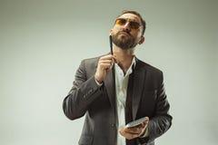 Concepto masculino de la belleza Retrato de un hombre joven de moda con el corte de pelo elegante que lleva el traje de moda que  Fotografía de archivo libre de regalías