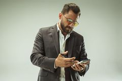 Concepto masculino de la belleza Retrato de un hombre joven de moda con el corte de pelo elegante que lleva el traje de moda que  Fotos de archivo libres de regalías