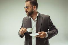 Concepto masculino de la belleza Retrato de un hombre joven de moda con el corte de pelo elegante que lleva el traje de moda que  Imágenes de archivo libres de regalías