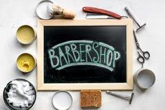 Concepto masculino de la peluquería con las herramientas de la barbería en la opinión superior del fondo blanco Imagen de archivo libre de regalías